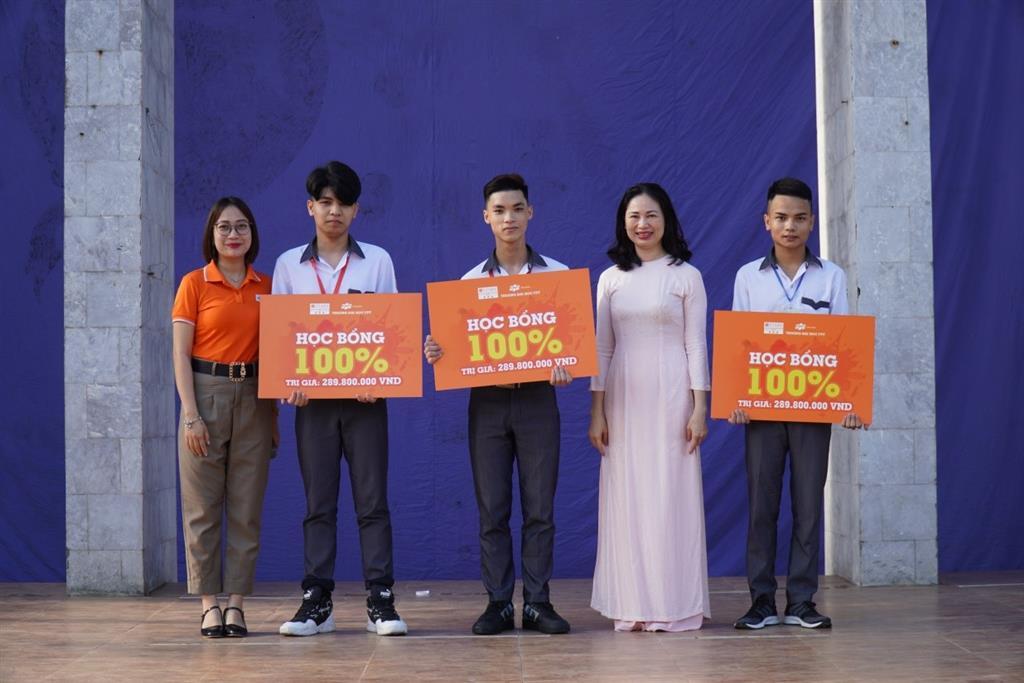 Trường Đại học FPT trao học bổng và làm công tác hướng nghiệp tuyển sinh tại Trường THPT chuyên Lê Hồng Phong