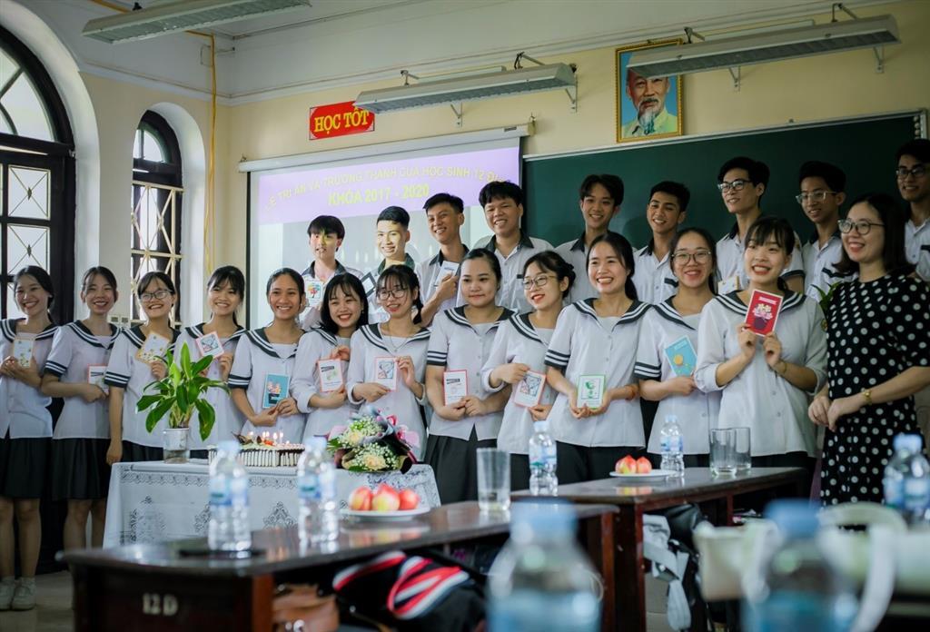 Lễ Tri ân của tập thể học sinh lớp 12 Chuyên Địa K98 trường THPT Chuyên Lê Hồng Phong  – Một dấu ấn không phai