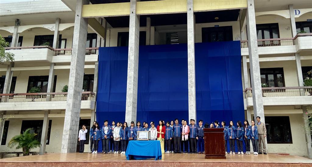 Trường THPT chuyên Lê Hồng Phong phát động và ủng hộ đồng bào các tỉnh miền Trung khắc phục thiệt hại do thiên tai, bão lũ
