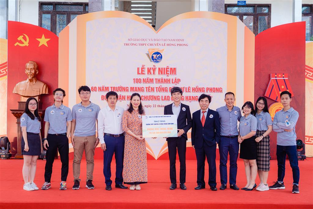 Bàn giao phòng học thông minh cho Trường PTTH Chuyên Lê Hồng Phong Nam Định: bước tiến hiện thực hoá LHP E-Learning