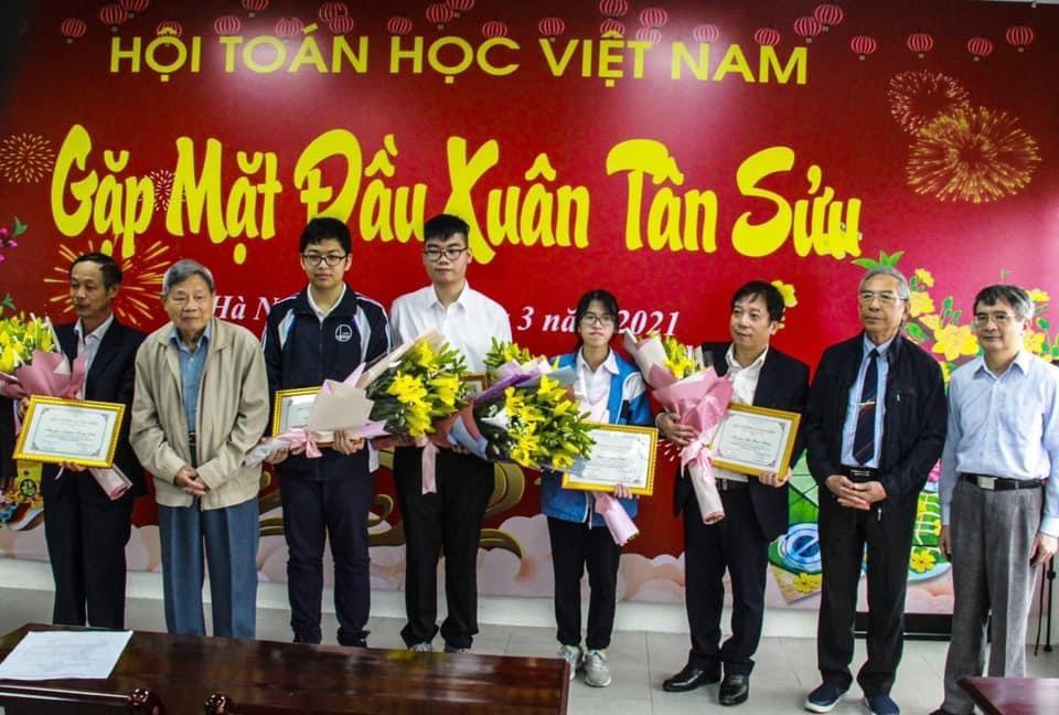 Trần Nhật Minh, CHS chuyên toán THPT Chuyên Lê Hồng Phong (2017-2020), huy chương Đồng Toán học Quốc tế 2020 nhận giải thưởng Lê Văn Thiêm năm 2021