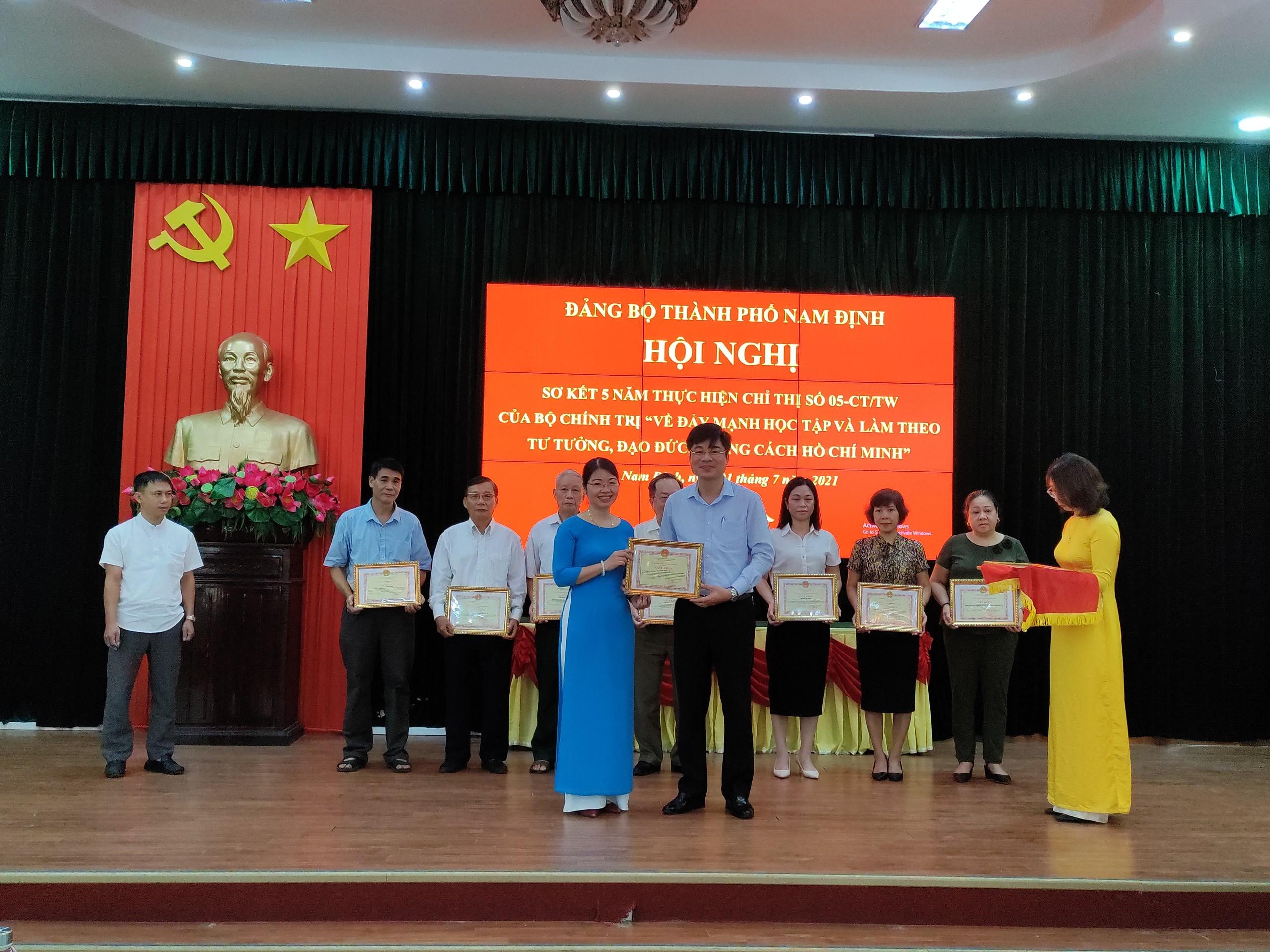 Trường THPT chuyên Lê Hồng Phong báo cáo tham luận tại hội nghị sơ kết 5 năm thực hiện chỉ thị số 05-CT/TW của Bộ Chính trị