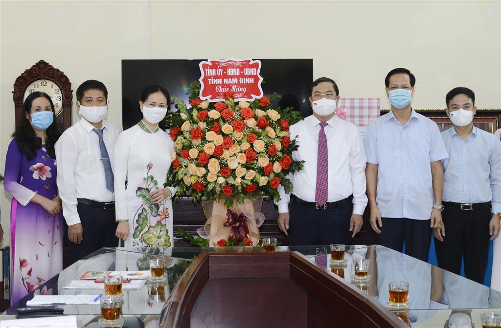 Đồng chí Bí thư Tỉnh ủy chúc mừng tập thể cán bộ, giáo viên, học sinh Trường THPT Chuyên Lê Hồng Phong nhân dịp khai giảng