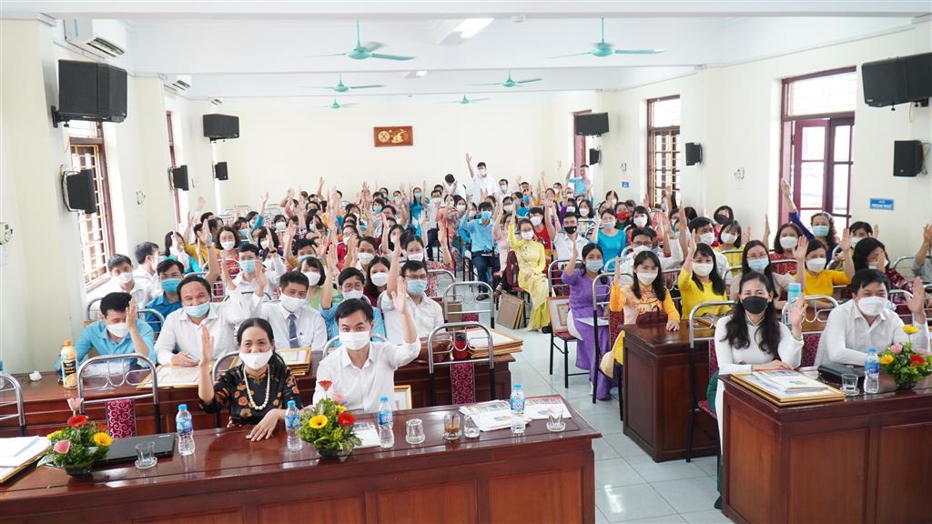 Hội nghị Nhà giáo, cán bộ quản lí, người lao động trường THPT chuyên Lê Hồng Phong, Nam Định năm học 2021 - 2022